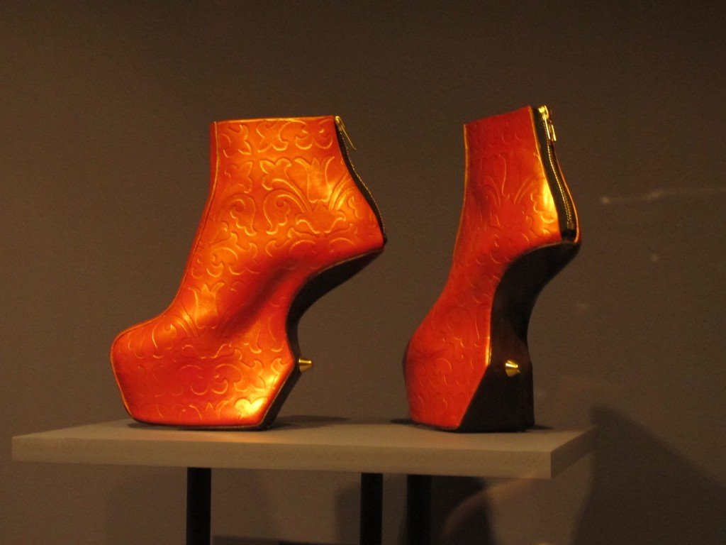 Una scarpa dalla mostra Pain and pleasure, al V&A, Londra