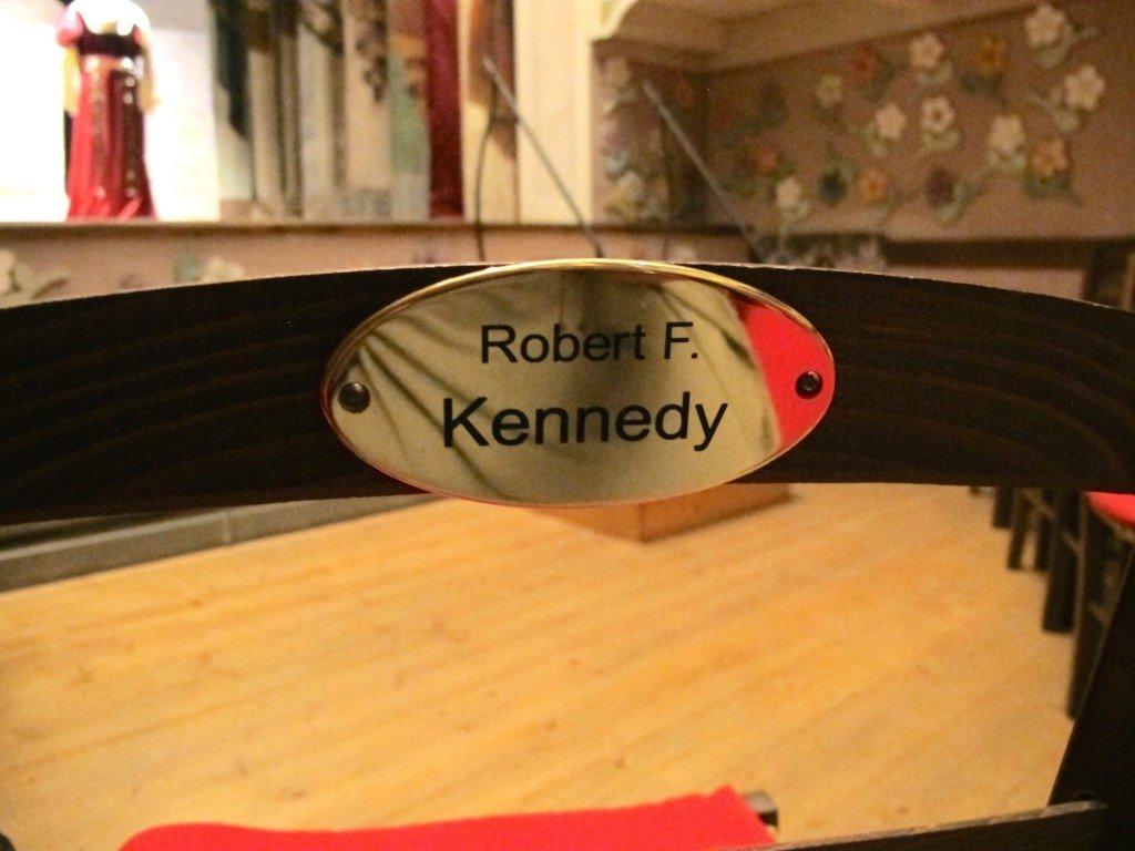 a sedia donata da Kennedy alTeatrino di Vetriano