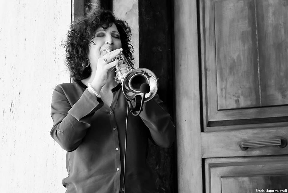 Lucia Ianniello, una trombettista jazz che fa della musica il suo antidoto al quotidiano.
