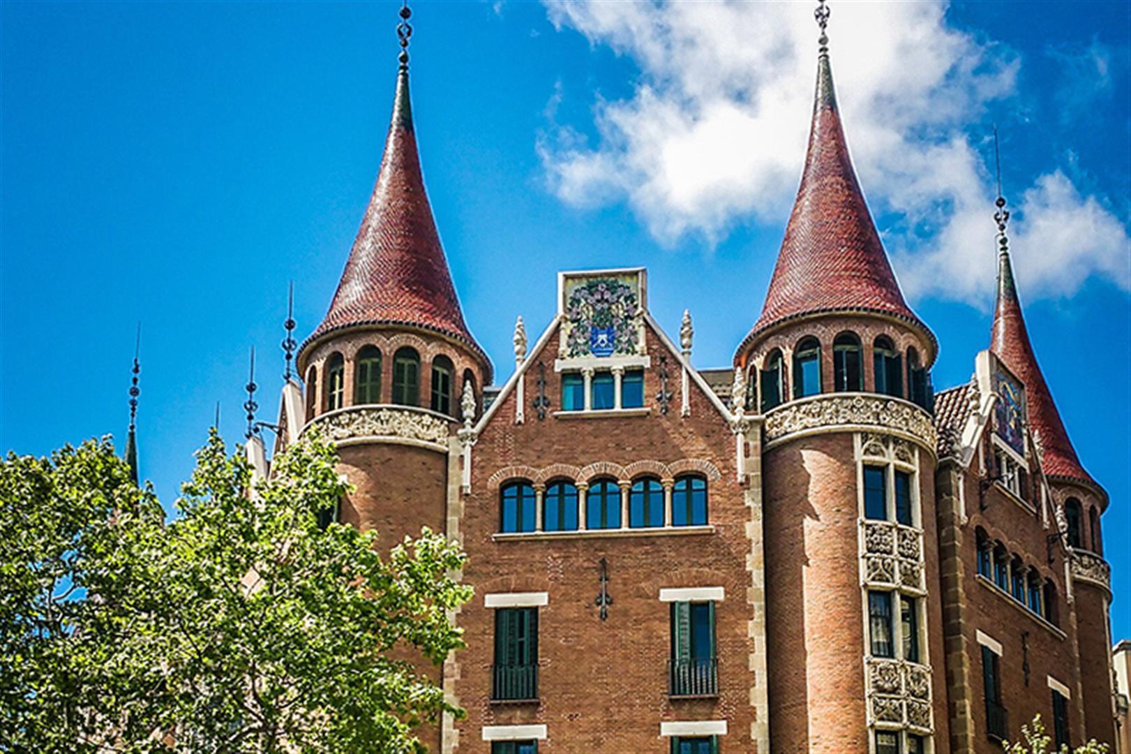 Una libro e una rosa alla 'Casa de les Punxes' a Barcellona