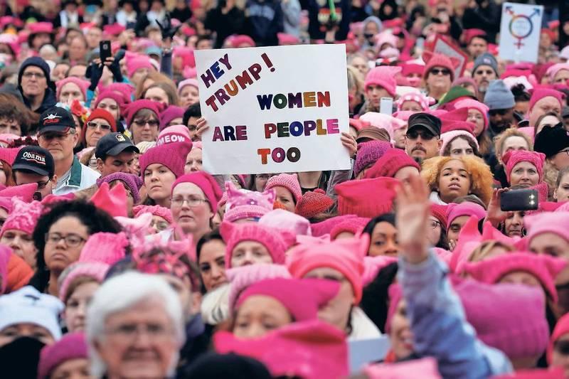 Tutte con il pussy hat rosa alla marcia anti-Trump