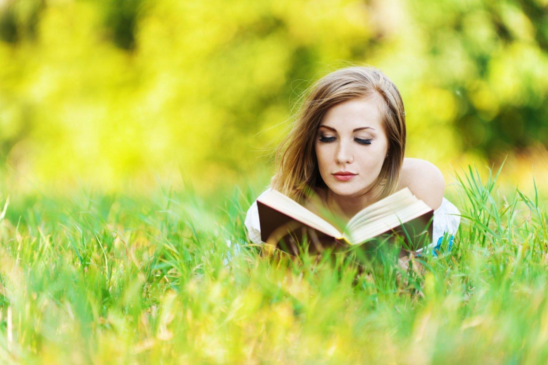 Camminare e leggere. Attività molto femminili