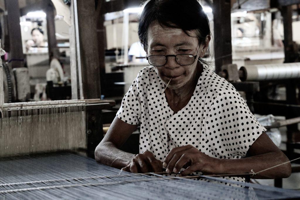 tessitrice al lavoro, Myanmar
