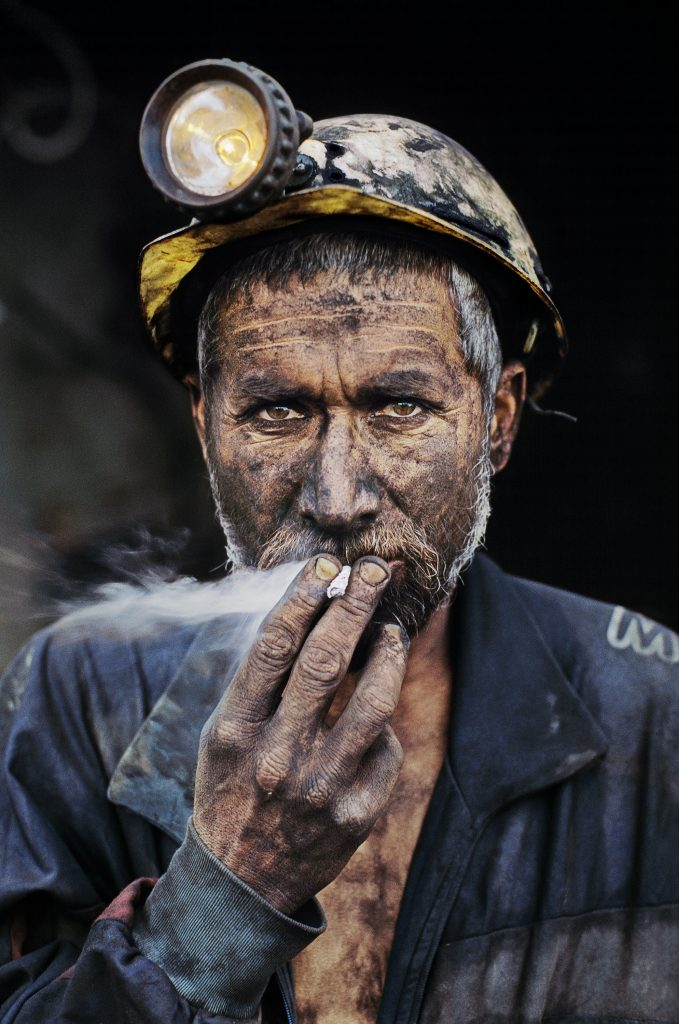 Un minatore afghano. Foto Steve McCurry