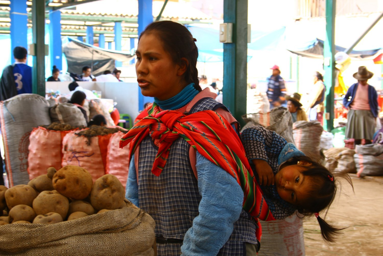 Donna peruviana con bambini
